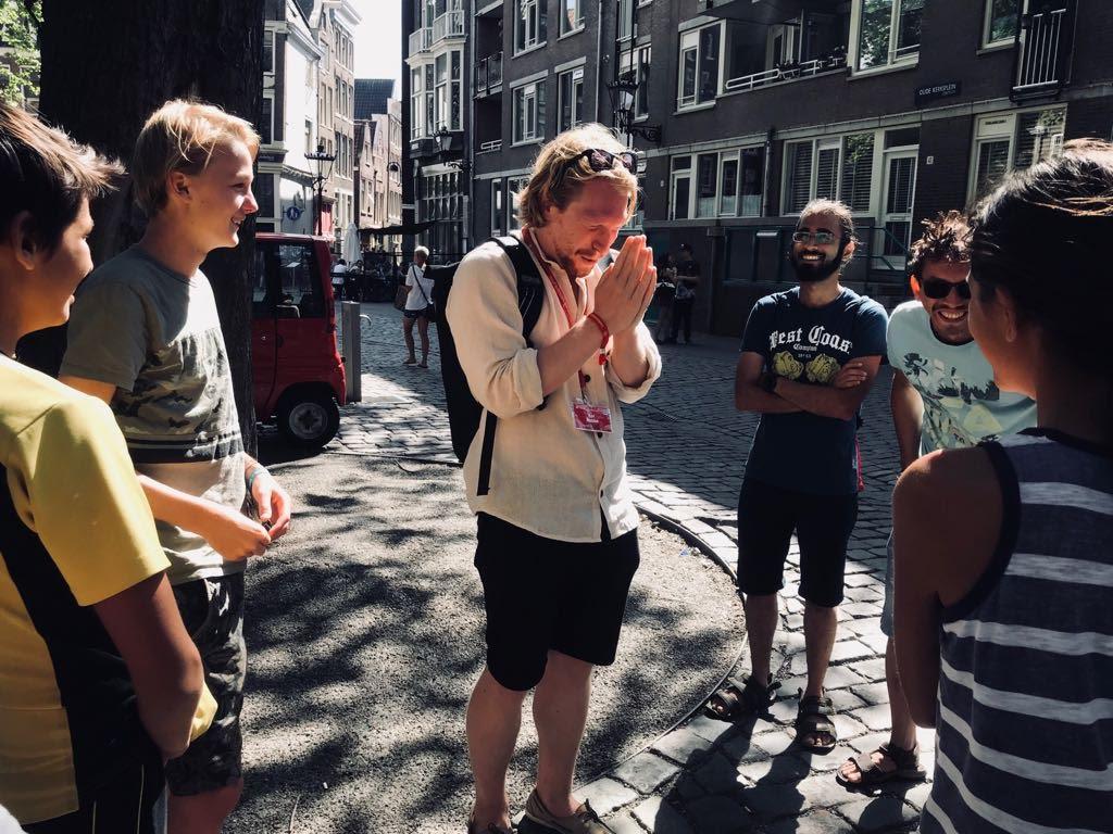 Comedian tijdens Comedy Walks Amsterdam met publiek om zich heen