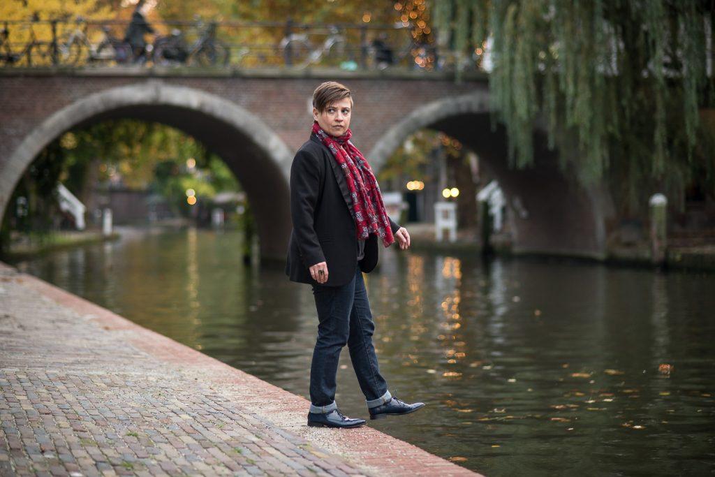 Comedian Soula Notos op de rand van de Oudegracht in Utrecht